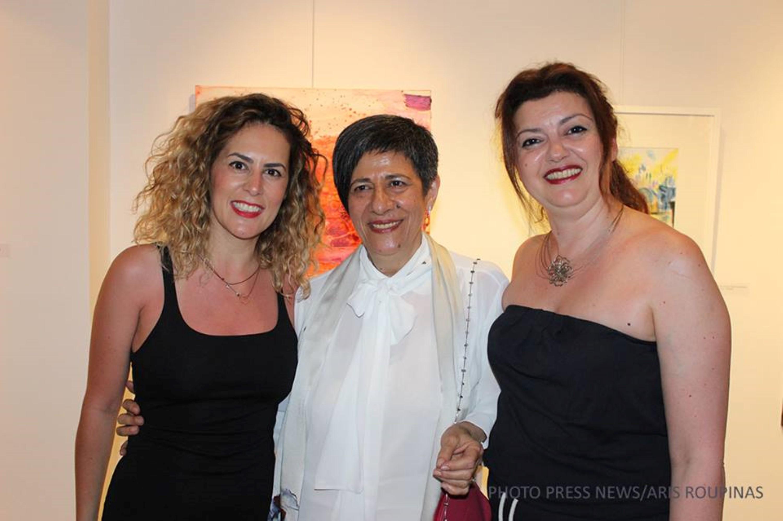 Η συμμετέχουσα στην έκθεση εικαστικός Αναστασία Γκινάκη με την υπεύθυνη της Dépôt art gallery, Γωγώ Κολυβήρα και τη δημοσιογράφο Άννα Παχή