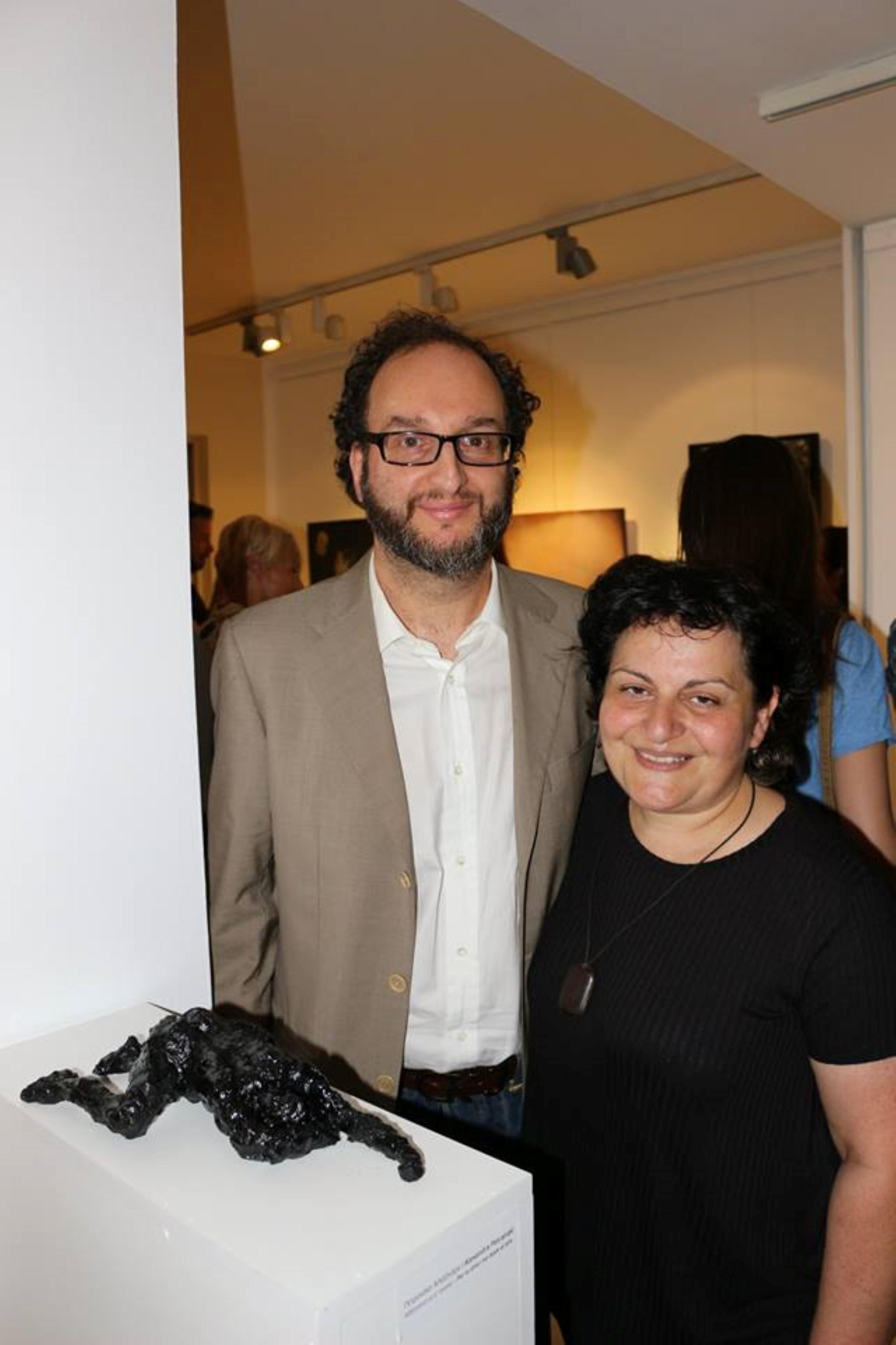 Ο δικηγόρος Δημήτρης Λουβρής με την εικαστικό Αλεξάνδρα Πετρανάκη μπροστά από το γλυπτό της.